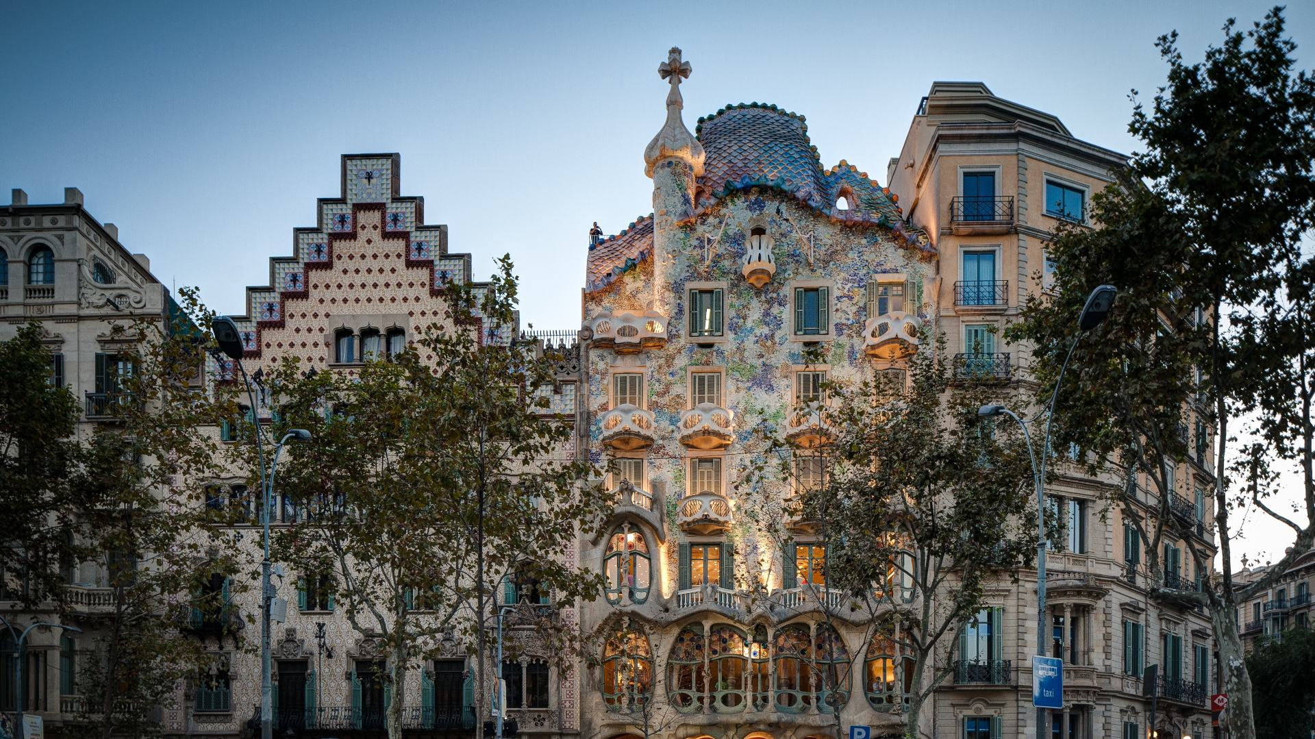 Barcelona Highlights with Sagrada Familia and Old Town Small Group Day Tour - In out Barcelona Tours