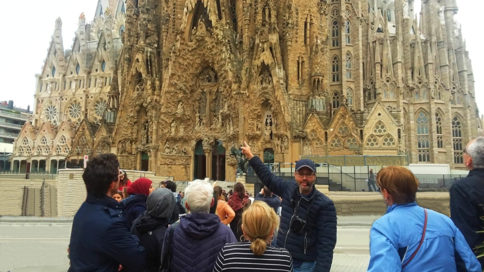 Barcelona Highlights and Sagrada Familia Small Group Half Day Tour - In out Barcelona Tours