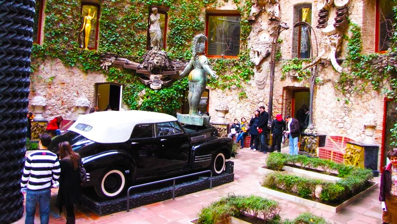 Medieval Girona and Dali Museum in Figueres Small Group Day Tour from Barcelona - In out Barcelona Tours