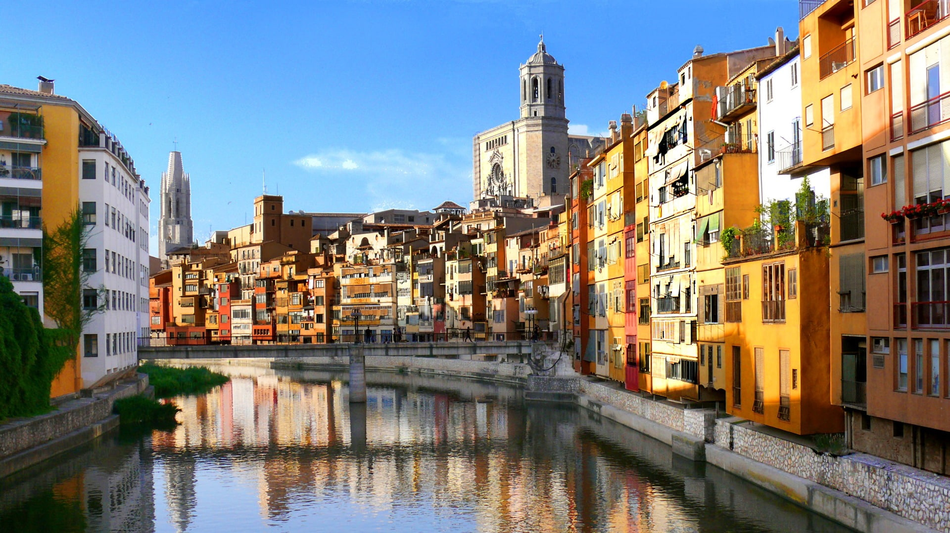 Medieval Girona and Dali Museum in Figueres private day tour - In out Barcelona Tours